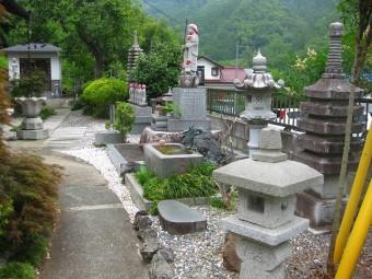 福王寺 本堂前庭園